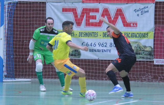 Un momento del partido entre el Atlético Benavente y Aspil-Jumpers Ribera Navarra FS