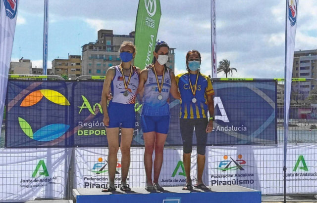 Belén Sánchez, del Ebrokayak, en el podium en Sevilla. Piragüismo