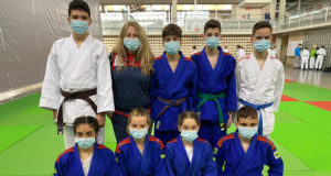 judokas del Judo Club Ribera Navarra con su entrenadora, Maika Burgaleta