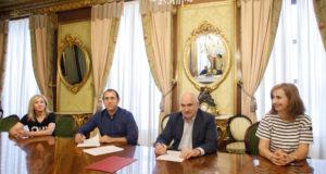 Firma del convenio con el Ayuntamiento de Cascante. De izqda. a dcha.: María Teresa Perales, secretaria del Ayuntamiento de Cascante
