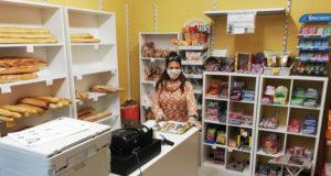 Catalina Palacios en la librería Arco Iris abierta en la crisis del coronavirus