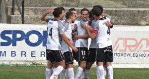 Los jugadores del Tudelano celebran uno de los goles
