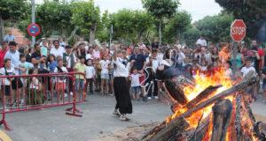 El Chapalangarra a punto de ser quemado en la hoguera en las fiestas de San Juan de 2019