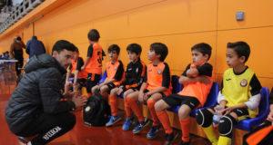 Ferrán Plana con los niños de la escuela del Ribera Navarra FS
