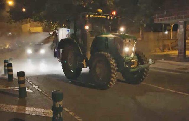 Tractor desinfectando las calles de Tudela
