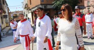 El alcalde de Marcilla, Mario Fabo, en el centro, durante la procesión del año pasado
