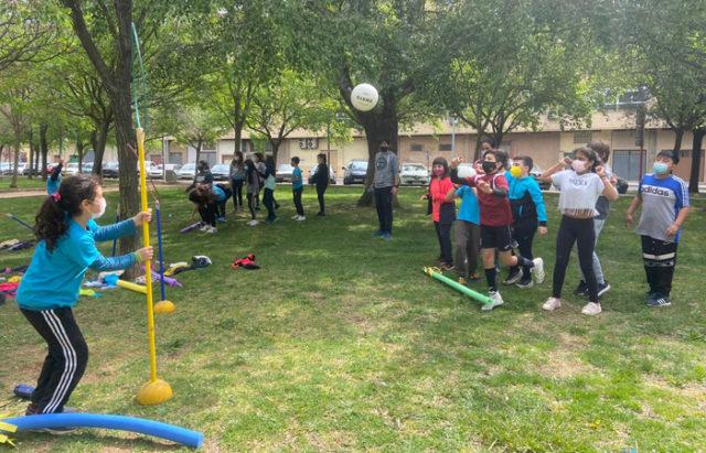 Alumnos y alumnas del Monte San Julián haciendo Educación Física en la calle