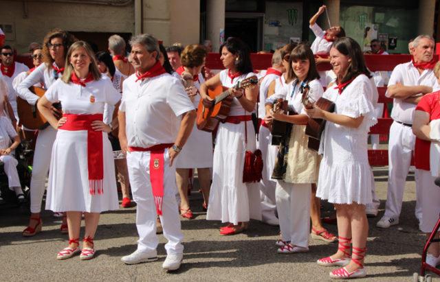 Nuria Amigot y Genaro Martón cantando una jota a la patrona junto al Coro y Rondalla de Villafranca