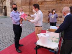 Alejandro Toquero entrega el pañuelo a uno de los niños