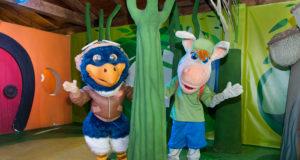 Las mascotas del parque, Piko y Palmira, despidiéndose de los visitantes de Sendaviva