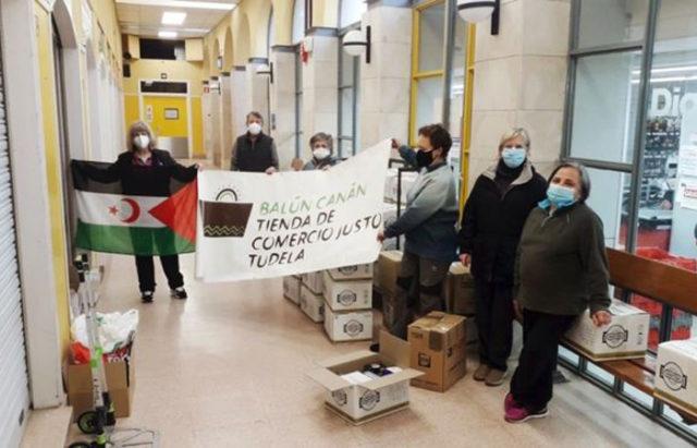Voluntarias de la tienda de Comercio Justo de Tudela con los alimentos recogidos para el Sahara
