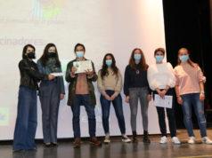 Santiago Lorenzo recibiendo el premio de manos de alumnas del IES Benjamín de Tudela