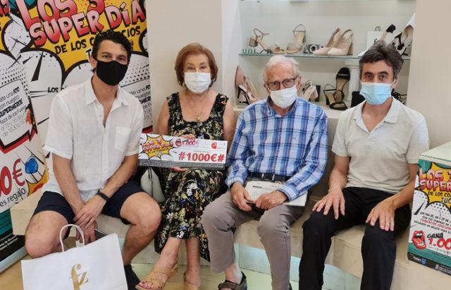 Milagros Consuegra Beorlegui acompañada por su marido, Paúl Carcavilla y Fernando Aranda miembros de la junta directiva de TUCC