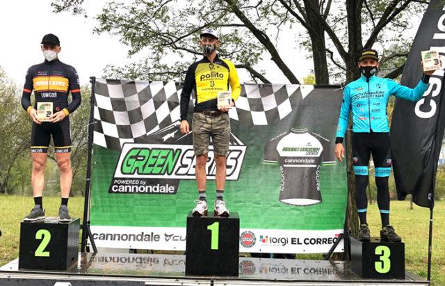 Tito Espada en el podium como ganador del Open Green Series