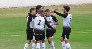 Los jugadores del CD Tudelano se abrazan tras meter un gol