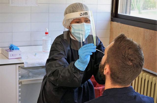 Un paciente se somete a una prueba PCR en el Hospital de Tudela