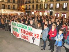 Personas en la plaza de los Fueros sumándose a la concentración convocada por la Coordinadora Feminista de Tudela