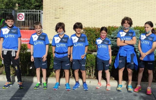 Integrantes de los equipos benjamín, alevín e infantil del Arenas de Triatlón